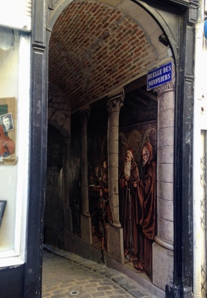 Narrower dark alleyway, with a high arch....